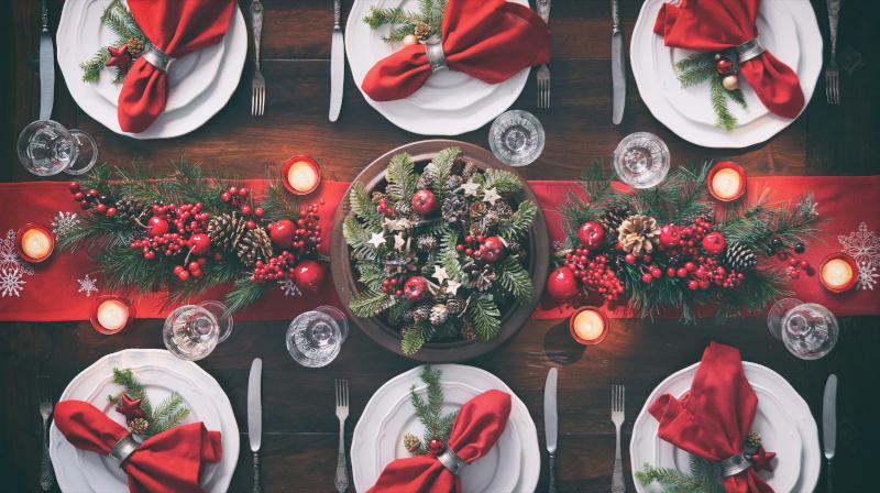 Weihnachtstisch in Rottönen