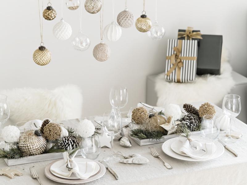 Weihnachtstisch mit weißen Akzenten