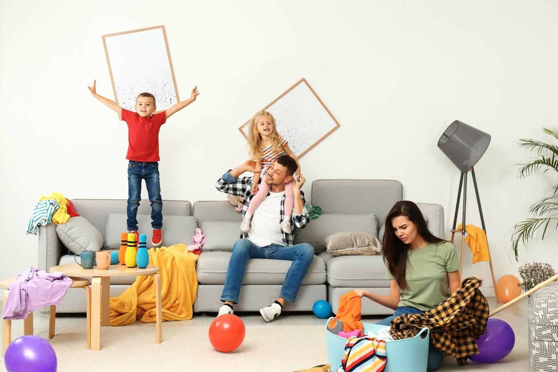 Chaos mit der Familie im Wohnzimmer
