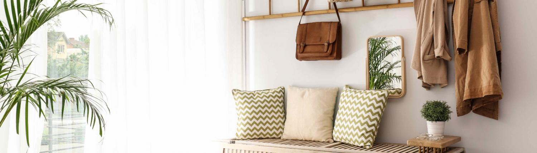 Flur einrichten mit heller Wandfarben und funktionalen Möbeln