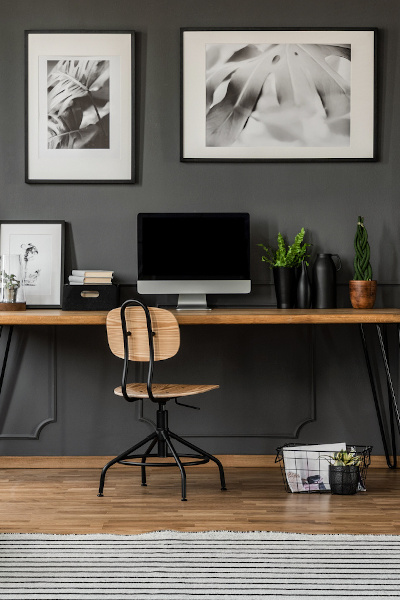 Büroeinrichtung aus Grau- und Holztönen