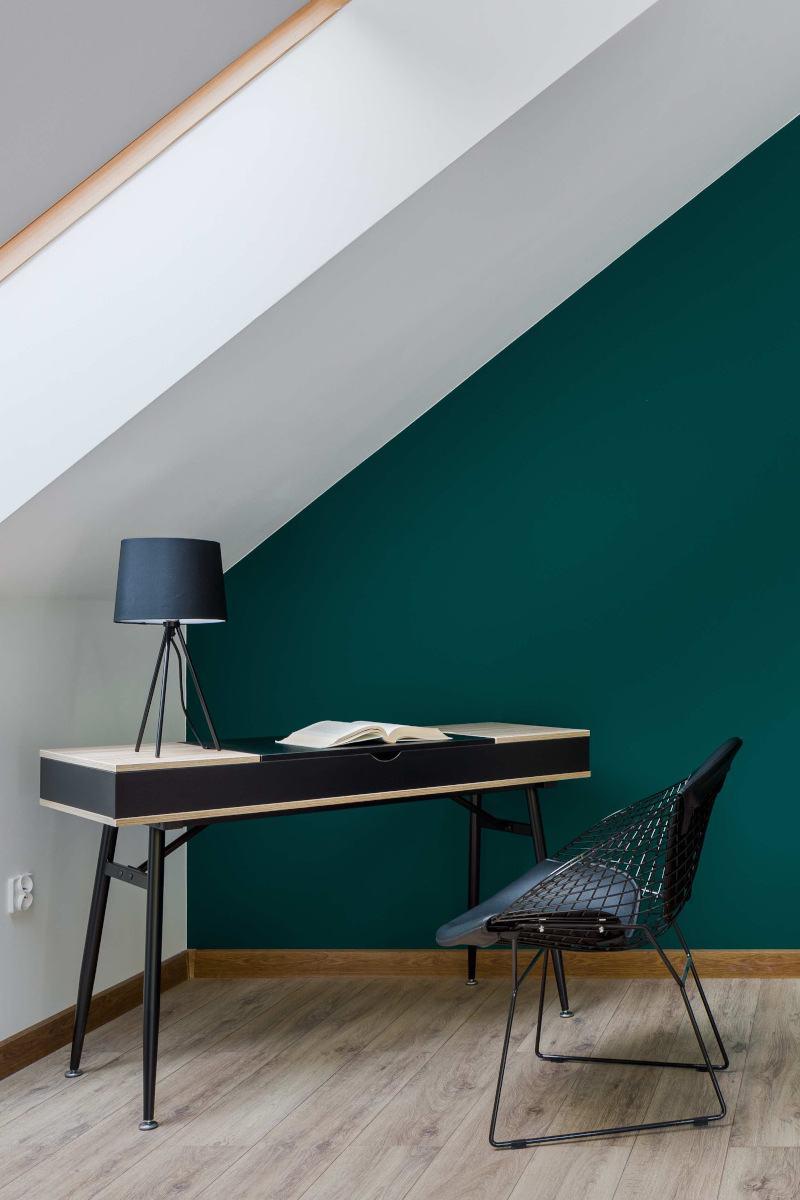 Dachgeschosswohnung mit grüner Wohnwand