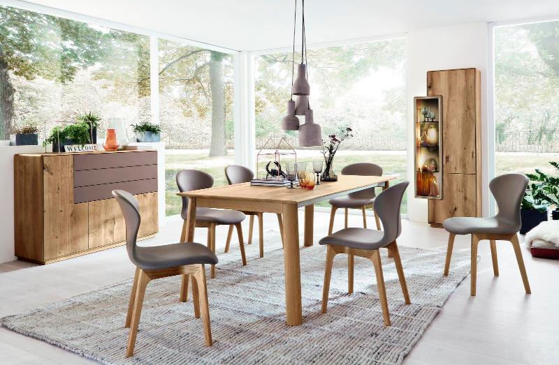 Wöstmann Speisezimmerkombination mit grauen Stühlen und Holztisch