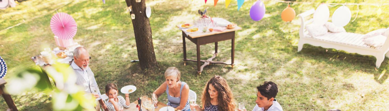 Gartendeko für Gartenparty mit bunten Girlanden und Ballons