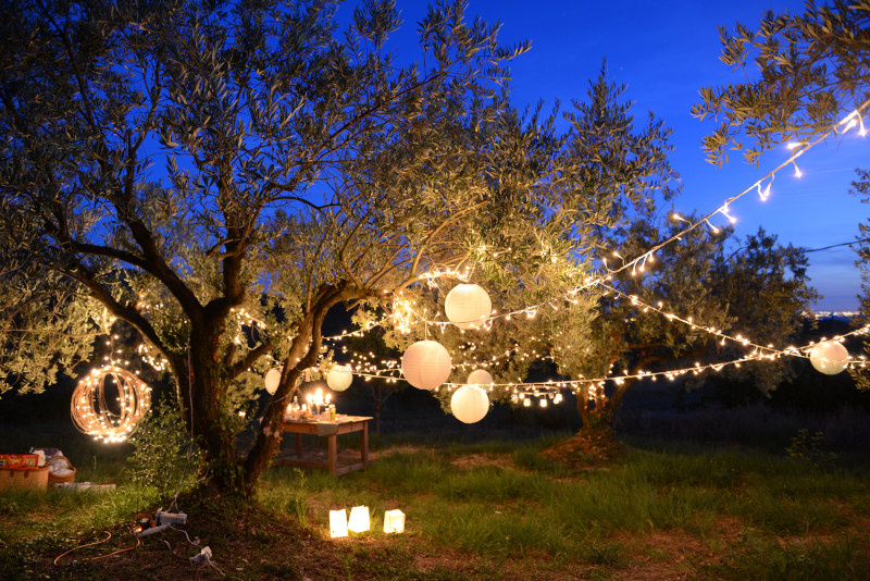 Stimmungsvolle Beleuchtung auf einer Gartenparty