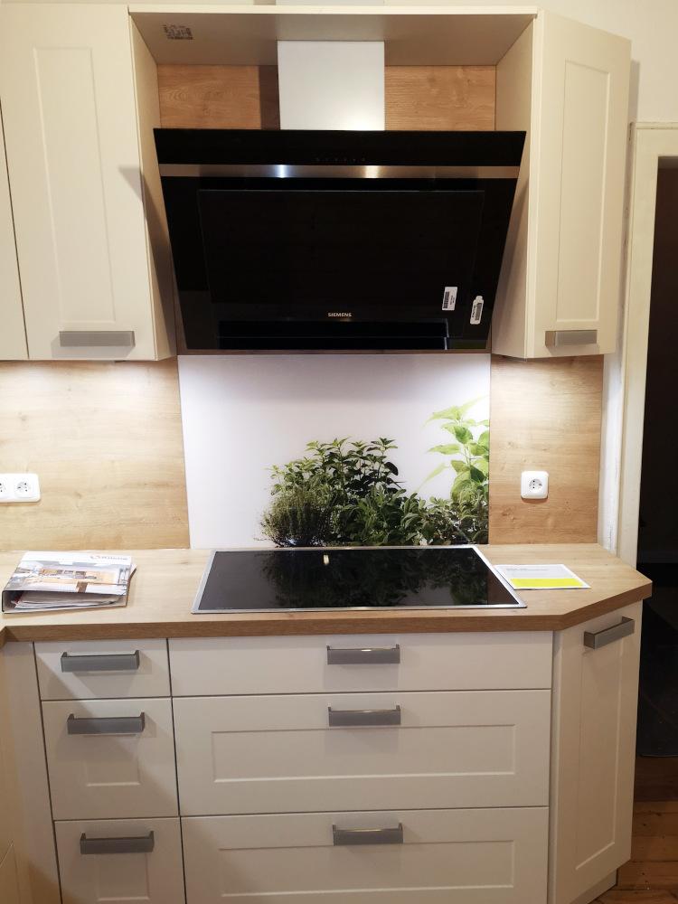 Weiße Küche mit hölzernen Arbeitsfläche