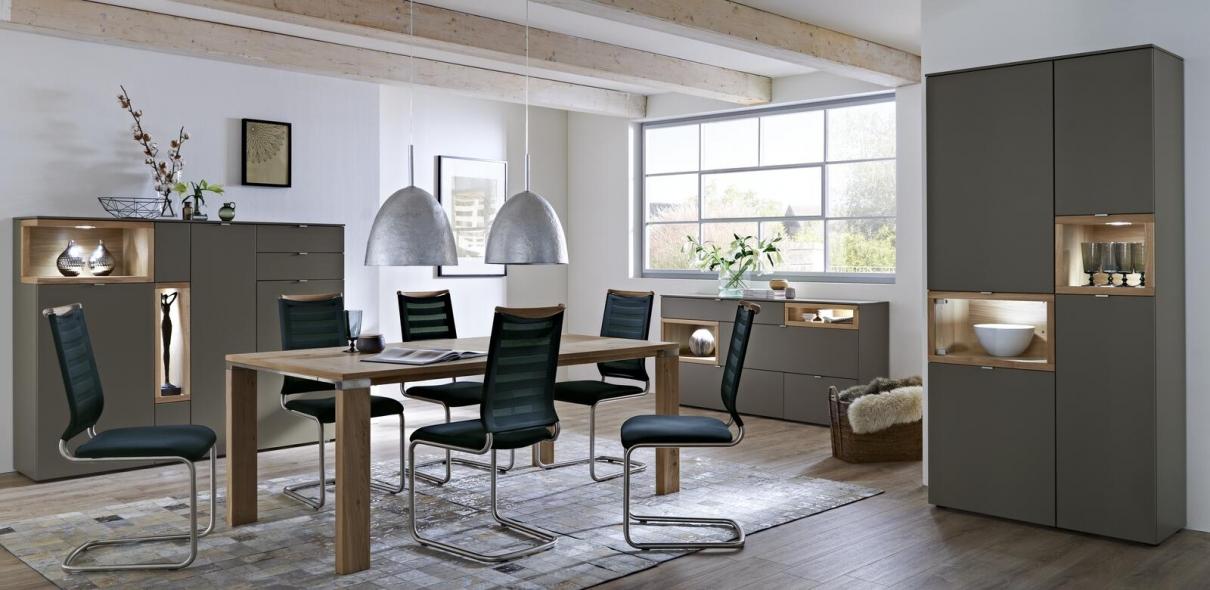 Esszimmer mit schwarzen Schwingstühlen und Holztisch