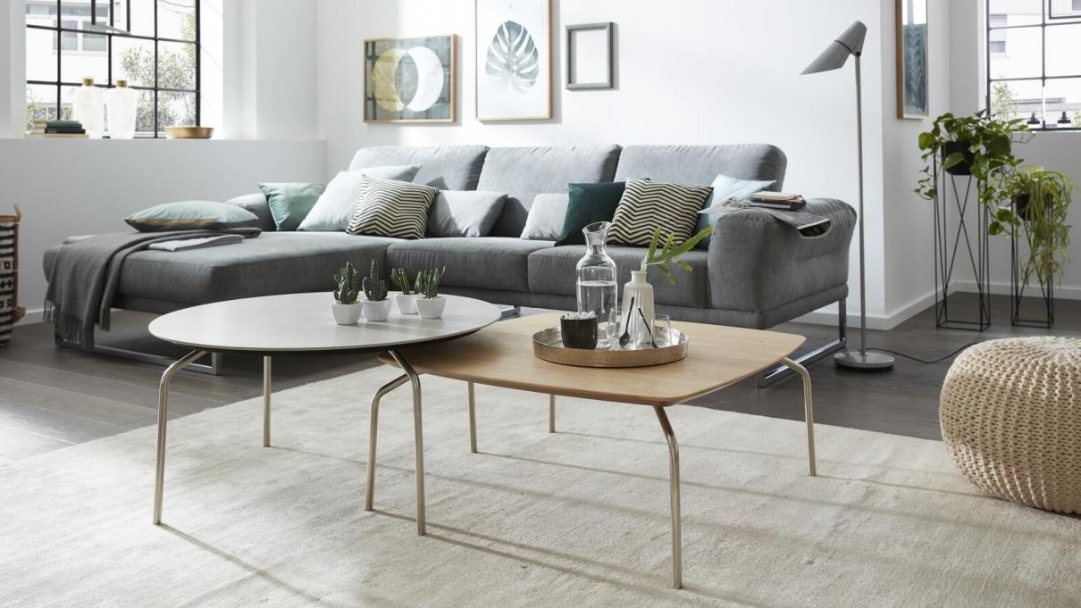 Graues Sofa mit zwei Couchtischen