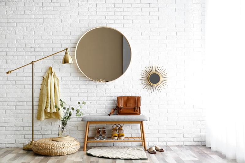 runde Spiegel in einer Einzimmerwohnung