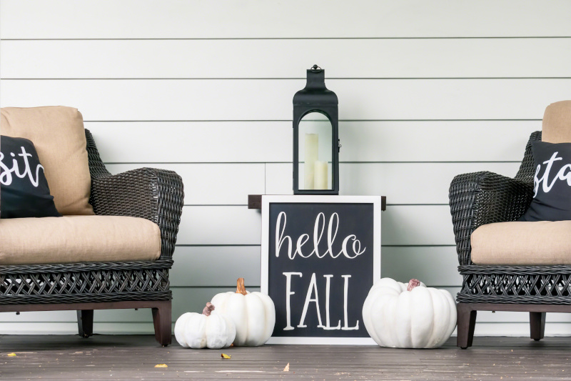 Herbsttafel mit hello fall Aufschrift