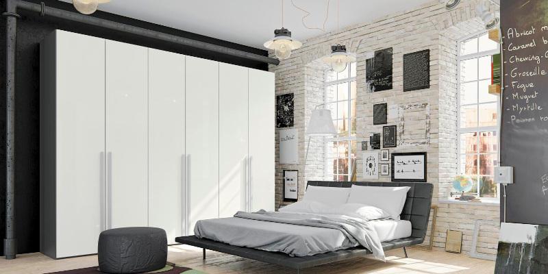 Jutzler Kleiderschrank in weiß mit Bett davor