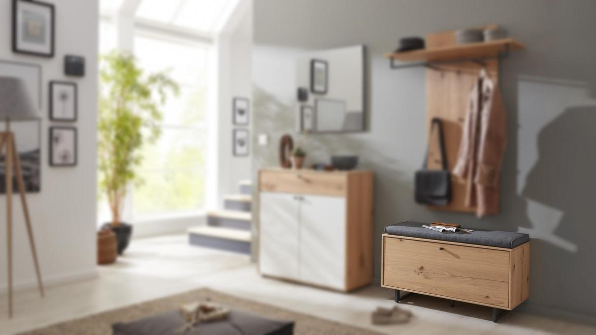 Garderobe in weiß und aus Holz