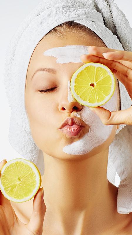 Gesichtsmaske mit Zitronenscheiben