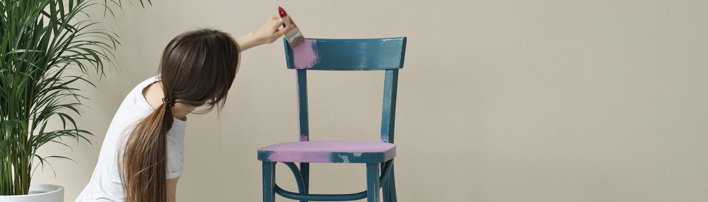 Stuhl in lila bemalen